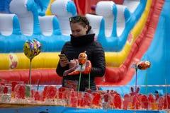 Brouillez le fond defocused des personnes dans la foire de parc, festival d'été, modifiant la tonalité La Russie Berezniki 26 peu images stock