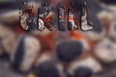 Brouillez le fond des briquettes de charbon de bois prêtes pour le gril de barbecue avec des lettres Photographie stock