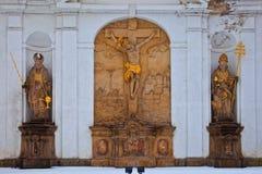 BROUMOV, ЧЕХИЯ - 17-ОЕ МАРТА 2010: Статуи на monastary в Broumov в северо-восточной чехи стоковое фото