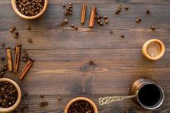 Brouw koffie in Turkse koffiepot Houten hoogste mening als achtergrond copyspace royalty-vrije stock afbeelding