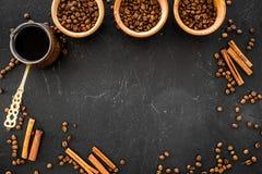 Brouw koffie in Turkse koffiepot Zwarte hoogste mening als achtergrond copyspace royalty-vrije stock fotografie