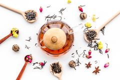 Brouw thee met bloemen en kruiden Droge bladeren en bloemblaadjes dichtbij theepot op wit achtergrond hoogste meningspatroon royalty-vrije stock afbeelding
