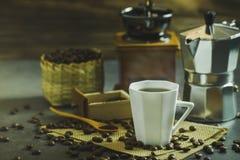 Brouw zwarte koffie in een witte kop en ochtendverlichting royalty-vrije stock afbeeldingen