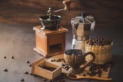 Brouw zwarte koffie in kokosnotenkop en ochtendverlichting stock afbeeldingen