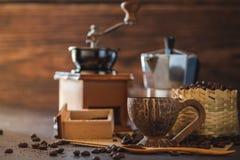 Brouw zwarte koffie in kokosnotenkop en ochtendverlichting royalty-vrije stock afbeelding