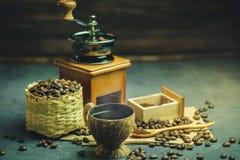 Brouw zwarte koffie in kokosnotenkop en ochtendverlichting stock foto