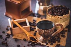 Brouw zwarte koffie in kokosnotenkop en ochtendverlichting royalty-vrije stock afbeeldingen