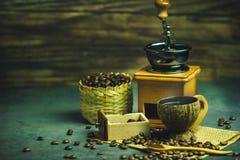 Brouw zwarte koffie in kokosnotenkop en ochtendverlichting royalty-vrije stock foto