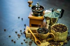 Brouw zwarte koffie in kokosnotenkop en ochtendverlichting royalty-vrije stock fotografie