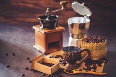 Brouw zwarte koffie in kokosnotenkop en ochtendverlichting stock afbeelding