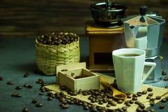 Brouw zwarte koffie in witte kop en ochtendverlichting royalty-vrije stock foto