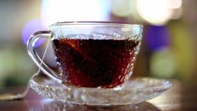 Brouwende hete zwarte thee stock video