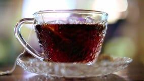 Brouwende hete zwarte thee stock footage