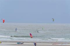 Brouwerdam,北海海岸Kitesurf, Skysurfer,风帆冲浪者在 库存照片