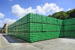 Brouwerijpakhuis van plastic verpakking stock afbeelding
