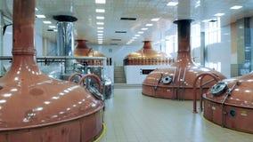 Brouwerijzaal met kopertanks daarin stock videobeelden