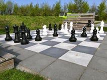 Brouwersdam, los Países Bajos - 9 de abril de 2017: Juego de ajedrez grande Fotos de archivo libres de regalías