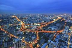 Broväg på natten Arkivfoton