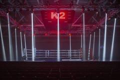 Brovary, de Oekraïne, 14 11 2015 boksring in low-light schijnwerpers en rode verlichting van hierboven royalty-vrije stock fotografie
