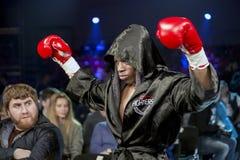 Brovary De Oekraïne, 14 11 2015 een professionele bokser Anyanva in een zwarte in dozen doende robe alvorens bokswedstrijd stock afbeelding