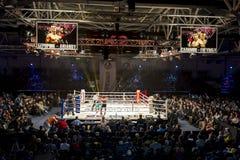 Brovary De Oekraïne, 14 11 2015 Professionele bokswedstrijd Twee scoreborden met annonce zijn over de ring stock afbeelding