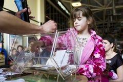 Brovary ucrânia Centro de entretenimento 25 04 2015 Uma menina está olhando fixamente na caixa de giro com bilhetes de loteria foto de stock royalty free