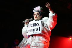 Brovary, Ucrânia, 30 03 2007 um cantor ucraniano famoso Verka Serduchka do PNF e da dança em seu concerto foto de stock