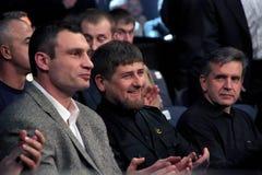 Brovary, UCRÂNIA - 4 de dezembro de 2010: O político ucraniano, pugilista Vitali Klitschko, presidente checheno Ramzan Kadyrov es fotografia de stock royalty free