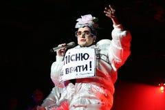 Brovary, Ucraina, 30 03 2007 un cantante ucraino famoso Verka Serduchka di ballo e di schiocco sul suo concerto Fotografia Stock