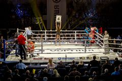 Brovary Ucrania, 14 11 2015 boxeadores están en las esquinas del anillo durante una rotura entre las rondas en el boxeo La muchac fotos de archivo libres de regalías