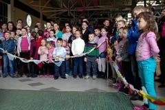 Brovary ucrania Terminal del centro de entretenimiento 25 04 2015 La muchedumbre de los niños está mirando el funcionamiento fotos de archivo