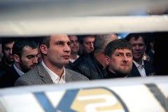Brovary, UKRAINA, 4 12 2010 Ukraińskich polityków, bokser Vitali Klitschko, Czeczeński prezydent Ramzan Kadyrov Oglądający walkę  fotografia stock
