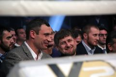 Brovary UKRAINA, 4 12 2010 ukrainska politiker, boxare Vitali Klitschko, Chechen president Ramzan Kadyrov Hålla ögonen på kampen  Royaltyfri Fotografi