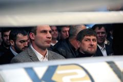 Brovary UKRAINA, 4 12 2010 ukrainska politiker, boxare Vitali Klitschko, Chechen president Ramzan Kadyrov Hålla ögonen på kampen  Arkivbild
