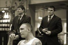 Brovary, Ukraine, 22 02 L'homme 2006 dans des tatouages de prison fume Deux ses gardes se tenir derrière photos stock