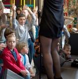Brovary ukraine Unterhaltungszentrum-Anschluss 25 04 2015 Der Junge schaut auf den Beinen der Frau lizenzfreie stockbilder