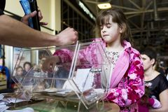 Brovary ukraine Vermaakcentrum 25 04 2015 Een klein meisje staart bij de het draaien doos met loterijkaartjes royalty-vrije stock foto