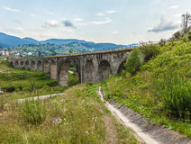 Broviadukt i Carpathiansna Arkivfoto
