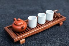 Browarniana Chińska herbata w ceramiczny gaiwan podczas herbacianej ceremonii zakończenia Gaiwan i inni herbaciani narzędzia dla  Zdjęcie Stock