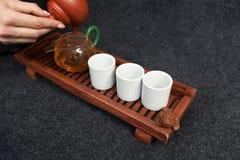 Browarniana Chińska herbata w ceramiczny gaiwan podczas herbacianej ceremonii zakończenia Gaiwan i inni herbaciani narzędzia dla  Zdjęcie Royalty Free