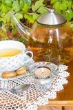 Browarniana herbata i osuszka na stole Zdjęcia Royalty Free