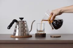 Browarniana kawa w ręka kapinosa kawowym producencie Kobiety ręka nalewa kawę Zdjęcie Royalty Free