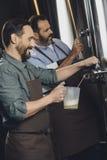Browaru pracownika dolewania piwo Obraz Stock