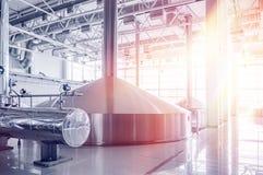 Browaru zbiornik z piwną fermentacją Wnętrze nowożytna piwowar manufaktura Fabryczny wyposażenie dla piwnej produkcji błyszczący fotografia royalty free