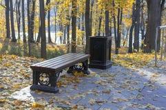 Brown ławka w jesieni miasta parku zdjęcia royalty free