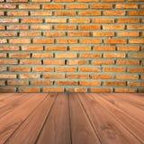 Brown ściana z cegieł i grunge drewniany podłogowy tło Obrazy Royalty Free