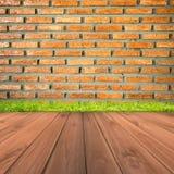 Brown ściana z cegieł i grunge drewniany podłogowy tło Obrazy Stock