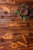 Brown świeczka dekorująca z jedlinową gałąź z małymi rożkami Cynamonowi kije i anyż lokalizują w pobliżu fotografia stock
