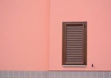 Brown żaluzja w różowej ścianie zdjęcia stock