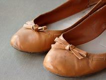 Brown-alte getragene Frauenschuhe lizenzfreies stockbild